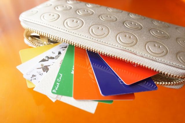 クレジットカードが入った財布