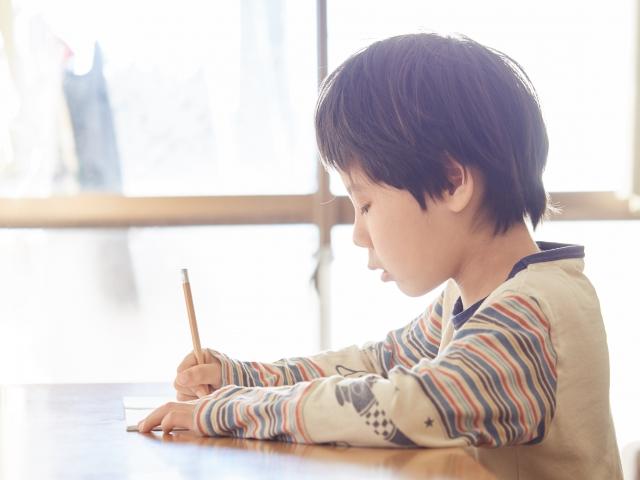 小学校で勉強する男の子