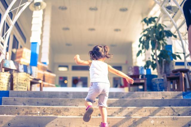 階段を駆け上がる子供