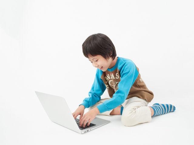 パソコンをする子ども